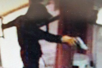 תיעוד: השניים שודדים קיוסק