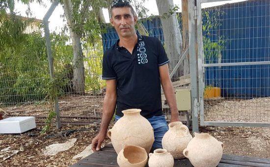 אחמד נסאר יאסין והכלים שמצא בעראבה, צילום:  ניר דיסטלפלד