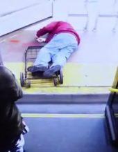 תיעוד מזעזע: דחפה את הקשיש מהאוטובוס אל מותו
