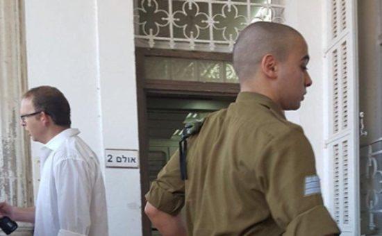 אלאור אזריה בכניסה לבית הדין הצבאי.