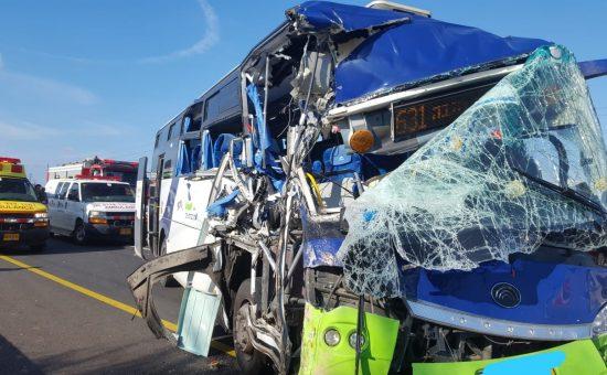 אוטובוס בתאונה