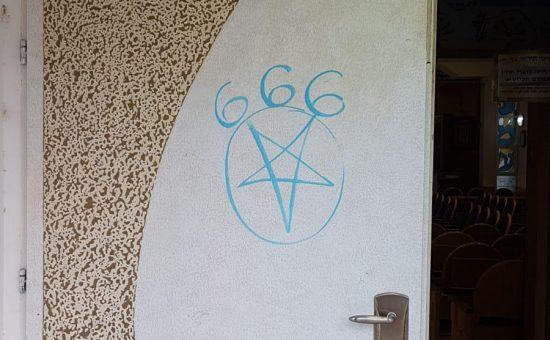 גרפיטי על בית הכנסת