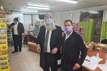 ראש העיר יצא לחלק מתנות למבודדים