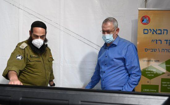 שר הבטחון בני גנץ במנהלת הקורונה של פיקוד העורף - צילום: אריאל חרמוני / משרד הביטחון