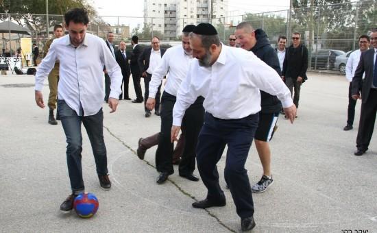 אריה דרעי משחק כדורגל בתל אביב. צילום: יעקב כהן