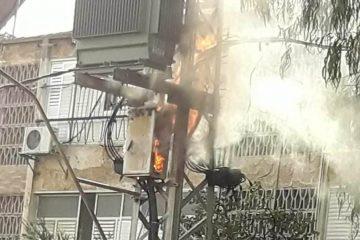 פתח תקוה: אש בלוח על עמוד חשמל