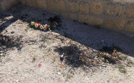 זרי הפרחים השרופים ליד קברי החיילים בהר הזיתים