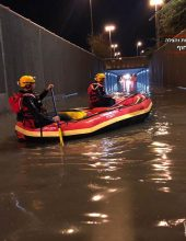 תיעוד: חילוץ שני גולשים מלב ים