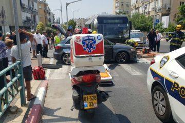 בת ים: נהגת נלכדה ברכבה בתאונה עם אוטובוס