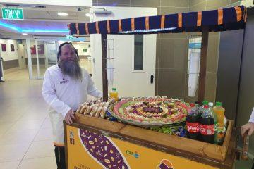 חבר המועצה חילק פירות בבית החולים