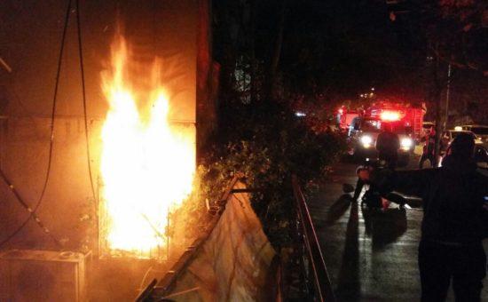 לוחמי האש בדירה שנשרפה (צילום: ליזר סמט סוכנות חדשות 24)