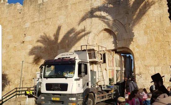 משאית נתקעה בחומת ירושלים