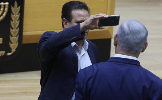 איימן עודה מציב מצלמה לראש הממשלה, צילום: יצחק הררי, דוברות הכנסת