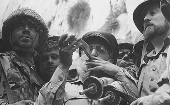 """הרב גורן בשחרור הכותל, צילום: לע""""מ"""
