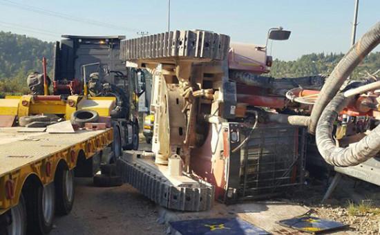 """תאונת הטרקטור שנפל ממשאית בכניסה לחשמונאים. צילום: כבאות מחוז יו""""ש"""