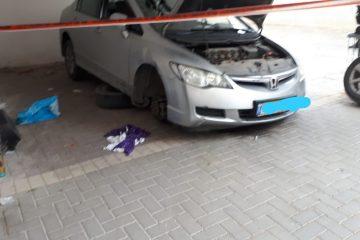 באמצע החלפת גלגל, הרכב נפל על הנהג
