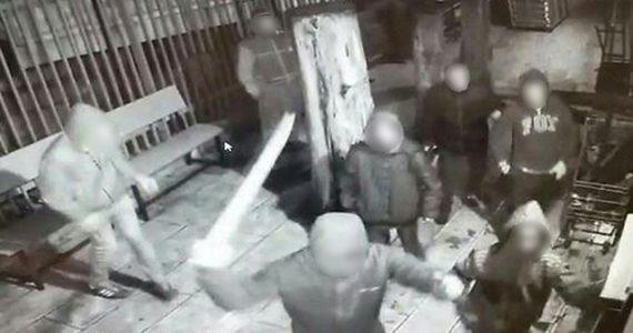 """נערי שוליים שתקפו מתפללים נעצרו: """"באו לנקום"""""""