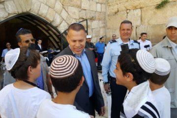 השר ארדן סייר בכותל לפני ביקור טראמפ ופגש ילדי בר מצווה