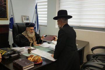 """הרב זמיר כהן העניק לראשל""""צ את ספרו"""