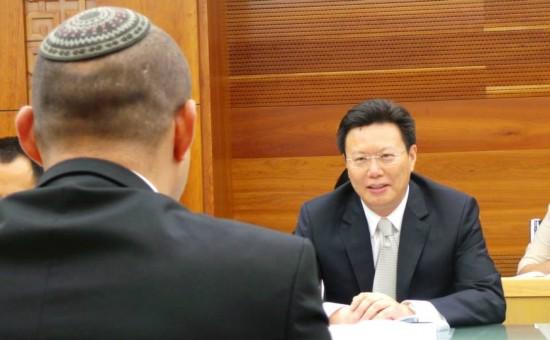 בנט בפגישה במשרד המסחר הסיני. צילום: פייסבוק, נפתלי בנט