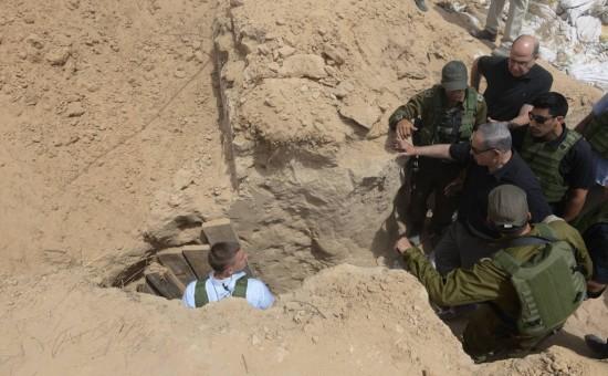 נתניהו בסיור עם שר הביטחון המודח יעלון בפיר מנהרה שנחשפה בגבול הרצועה