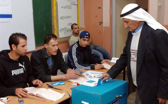"""אזרח מצביע בקלפי בג'לג'וליה (צילום: משה מילנר/לע""""מ)"""