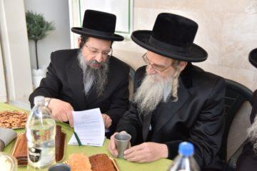 """רבני אשדוד בקביעת מזוזה במשרדי """"שערי הצלחה"""" בעיר"""