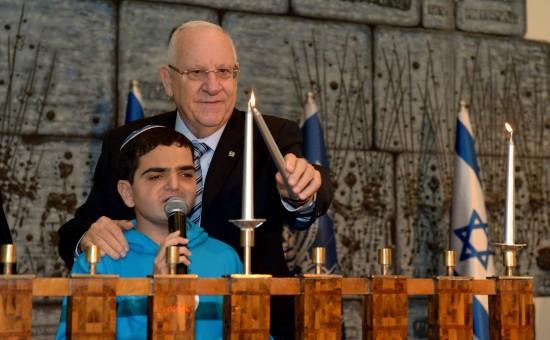 נשיא המדינה עם אחד מילדי רחשי לב בהדלקת נר חנוכה