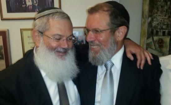 הרב קלמן בר והרב אלי בן דהן לאחר הניצחון