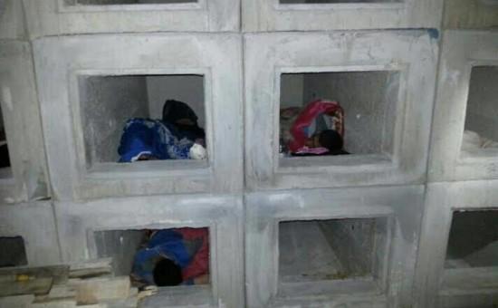 """השבח""""ים לנים בכוכי הקבורה. צילום דוברות משטרת ישראל"""