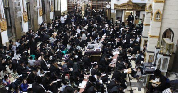 צפו בתיעוד: מאות חסידי ברסלב מתאבלים ב'שול' במאה שערים