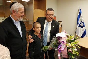 משה ליאון קיבל זר פרחים מילד חולה סרטן