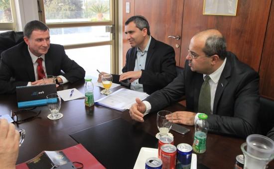 אחמד טיבי בישיבת סיכום עם אדלשטיין לקביעת הבחירות