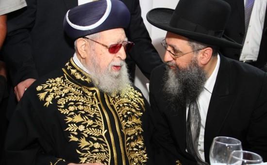 """הגאון הרב דוד יוסף עם אביו מרן הגר""""ע זצ""""ל"""