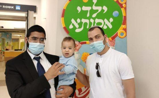 == הרב יהודה מחפוד עם אבי הבן
