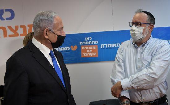 ראש הממשלה בנימין נתניהו מבקר במרפאת קופת חולים מאוחדת בבית שמש במהלך מתן חיסונים נגד נגיף הקורונה