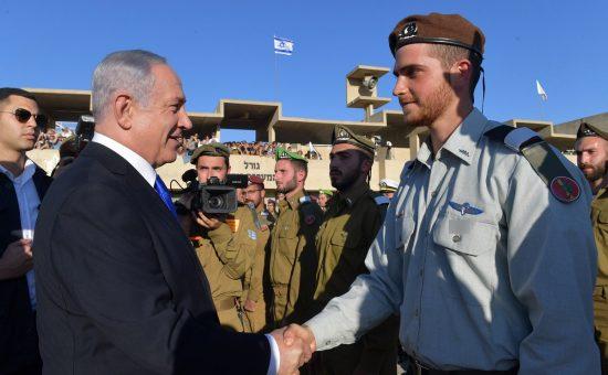 """ראש הממשלה ושר הביטחון בנימין נתניהו בטקס סיום קורס קצינים בבה""""ד 1 במצפה רמון. צילום - קובי גדעון / לע""""מ"""