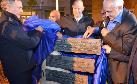 ירון בארי במרכז. צילום:ויקיפדיה