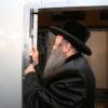 """תיעוד: האדמו""""ר מנדברונה קבע מזוזה בבית הכנסת המרכזי שיכון ג'"""