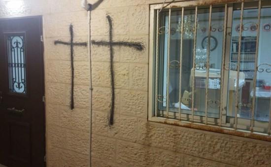 צלבים על קיר בית הכנסת (דוברות המשטרה)