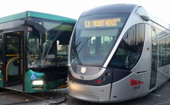 תאונת הרכבת הקלה אוטובוס