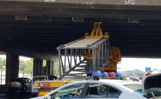 משאית התנגשה בגשר איילון