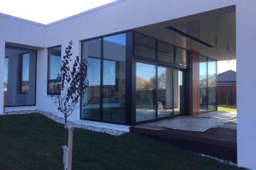 חלונות עץ אלומיניום למרפסת ומרפסות גן