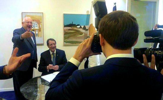 הנשיא מקרון מצלם בבית הנשיא