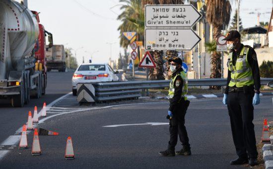 שוטרים חוסמים את הכניסה לבני ברק