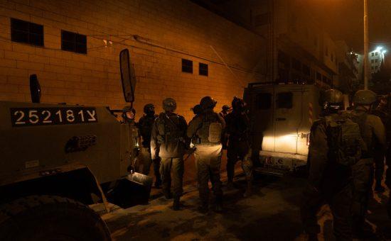 חיילים ממפים את בית המחבל