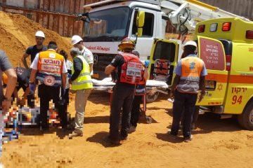 תיעוד: פועלים נפלו באתר בניה וחולצו באמצעות מנוף