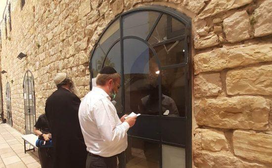 מתפללים מחוץ לציון התנא רבי שמעון בר יוחאי