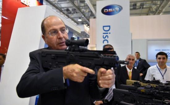 שר הביטחון בוגי יעלון בתערוכת נשק     צילום: אריאל חרמוני / משרד הביטחון