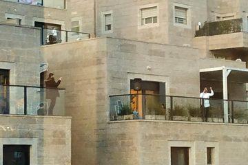 הזמר נמצא 'שלילי' לקורונה ושימח את השכנים